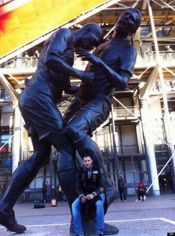 PHOTO. Materazzi pose devant la statue du coup de boule de Zidane au Centre