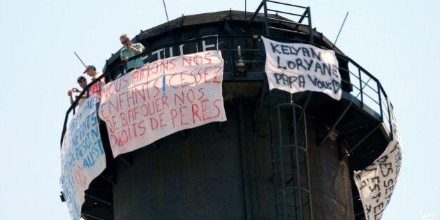 Garde d'enfants: trois pères de famille perchés sur une cheminée d'usine à