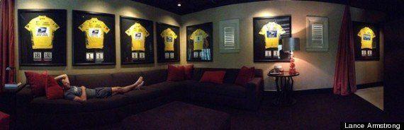 PHOTO. Lance Armstrong joue la provoc en posant devant ses 7 maillots