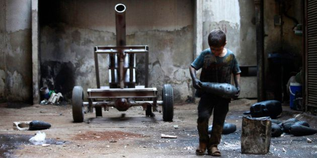 Syrie: le quotidien d'un enfant de 10 ans qui travaille dans un atelier de confections