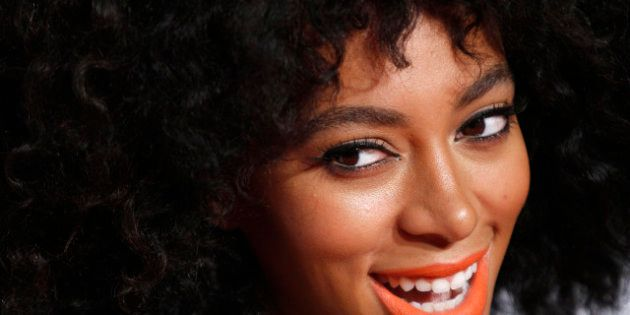 Solange Knowles, la sœur de Beyoncé, se fait fouiller les cheveux par la sécurité des