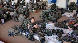 Les soldats français de l'infanterie patientent à