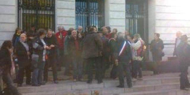 Aéroport Notre-Dame-des-Landes: des élus s'enchaînent aux grilles de la préfecture à