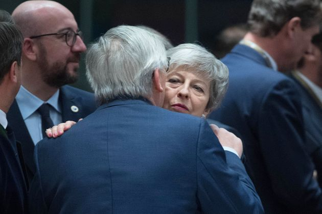 Theresa May trifft Jean-Claude Juncker.