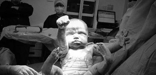 Μια ασύλληπτη πόζα: Η απίστευτη έξοδος μωρού από την κοιλιά της μάνας