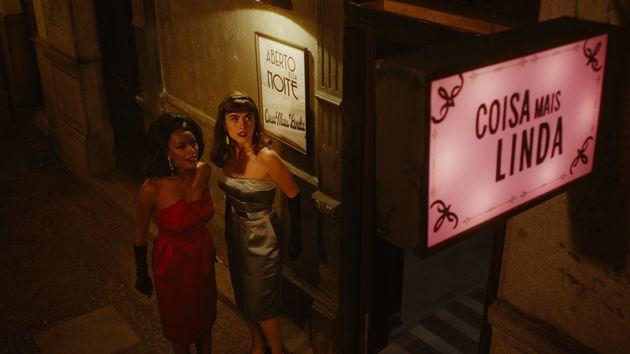 Adélia (Pathy Dejesus) e Malu (Maria Casadevall) na inauguração do clube Coisa Mais...