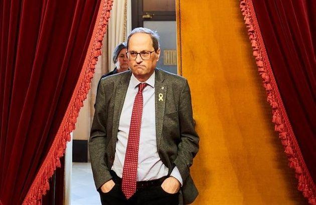 La Junta Electoral manda a los mossos a retirar los lazos y lleva a Torra a la