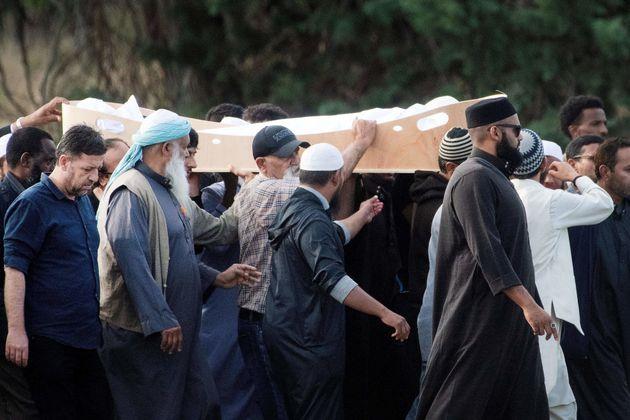 시리아 내전을 피해 뉴질랜드에 정착했다가 크라이스트처치 테러의 희생자가 된 칼리드 무스타파(44)와 그의 아들 함자 무스타파(14)의 장례식이 엄수됐다. 뉴질랜드 크라이스트처치, 2019년