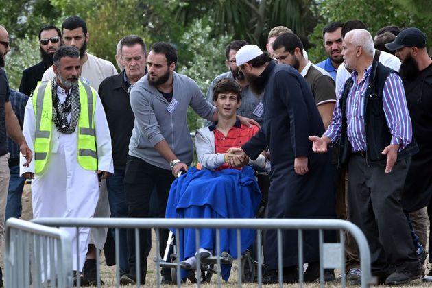 테러 당시 모스크에 있다가 부상을 입은 자에드 무스타파가 휠체어에 탄 채 아빠와 형의 장례식을 지켜보고 있다. 뉴질랜드 크라이스트처치, 2019년