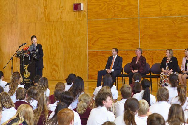 저신다 아던 뉴질랜드 총리가 캐시미어 고등학교를 방문해 연설을 하고 있다. 이 학교를 다니던 함자 무스타파(14)와 사야드 밀네(14)가 이번 테러로 목숨을 잃었다. 뉴질랜드, 크라이스트처치....