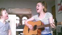 Un enfant atteint de trisomie 21 chante avec sa soeur et émeut les