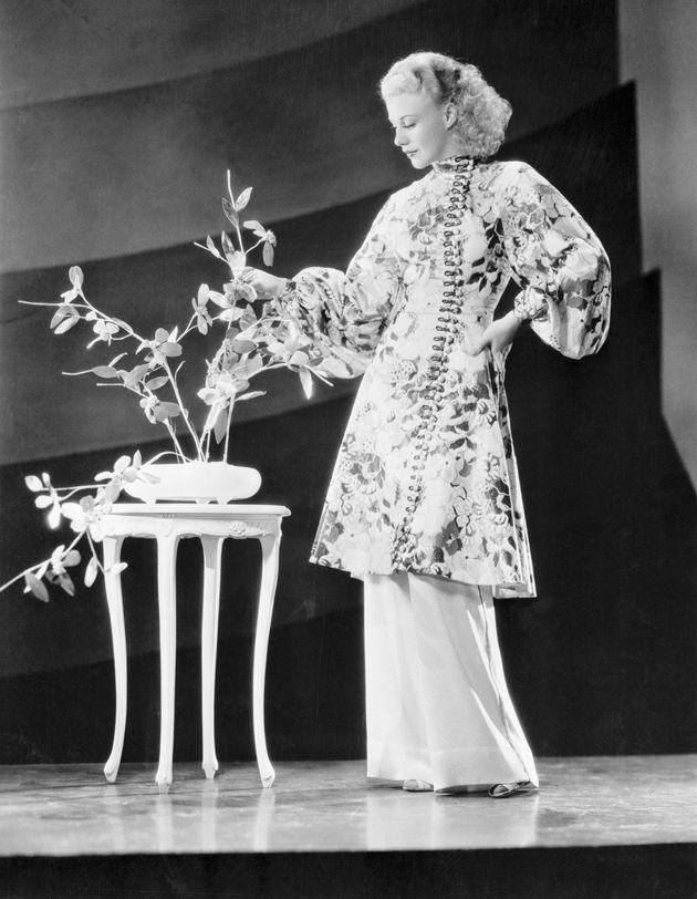 1950년대 진저 로저스가 '여주인 파자마'를 입고 있는