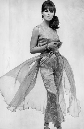 1965년경 한 모델이 입은 실크 이브닝