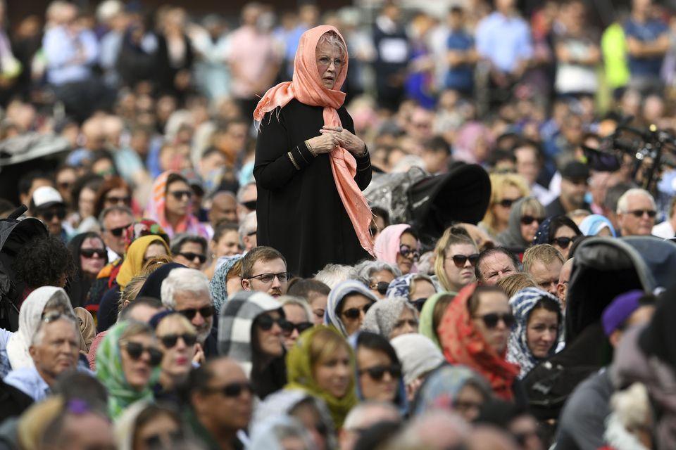 테러 희생자 추모 기도회 참석자들이 기도 시간 알림 소리 뒤에 이어진 2분 간의 침묵 시간에 희생자들을 추모하고 있다. 뉴질랜드, 크라이스트처치. 2019년