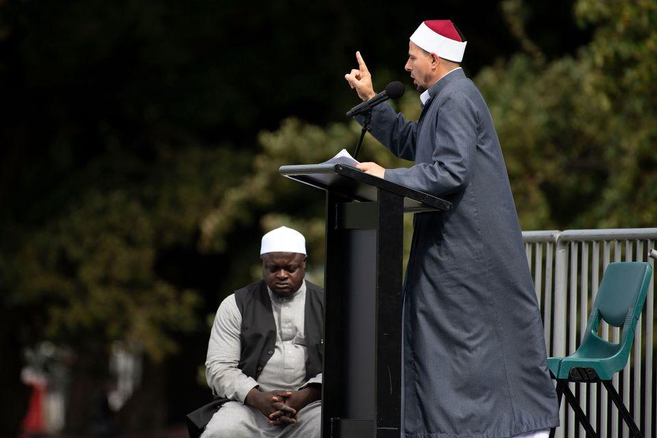 테러 공격을 당했던 알 누르 모스크의 이맘(이슬람 성직자) 가말 포우다가 이날 기도회를 이끌었다. 뉴질랜드, 크라이스트처치. 2019년