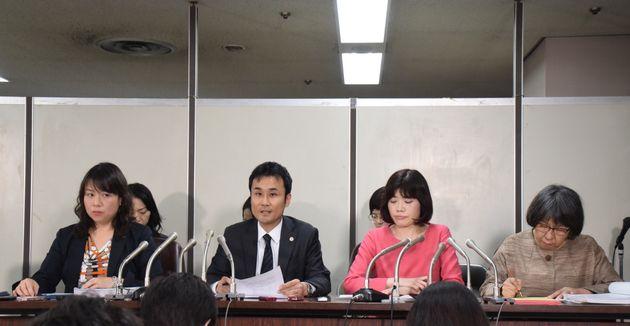 記者会見で提訴の内容を伝える弁護団