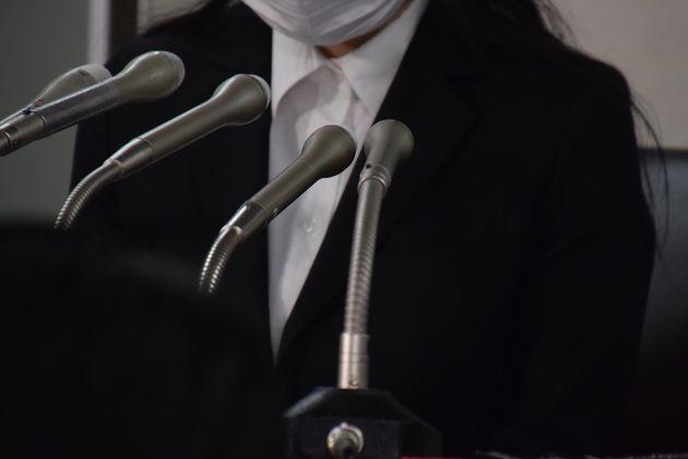 記者会見で思いを述べた原告の女性