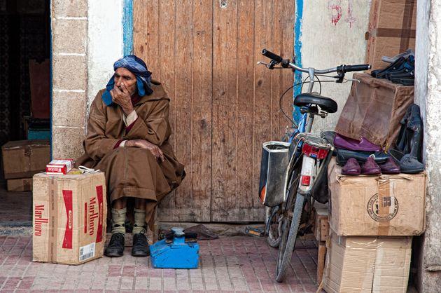 Un vendeur de cigarettes au détail dans une rue