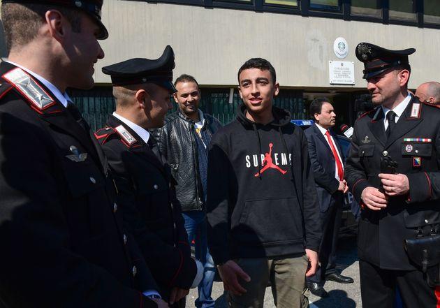 Prise d'otages à Milan: L'enfant qui a prévenu la police pourrait obtenir la nationalité