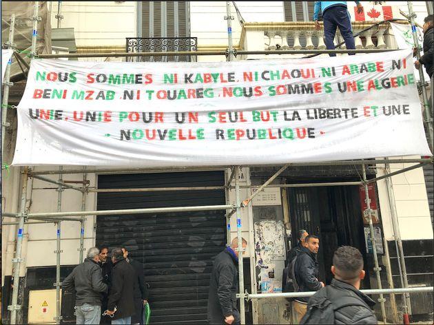 Au 65 rue Didouche Mourad les jeunes ont utilisé les échafaudages en place pour installer...