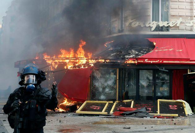 Das berühmte Restaurant Fouquet's auf der Champs Elysees brennt nach Auseinandersetzungen während eines Gelbwesten-Protests.
