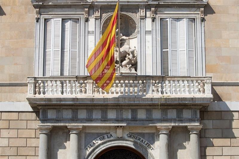 Torra cuelga otra pancarta en el Palau de la