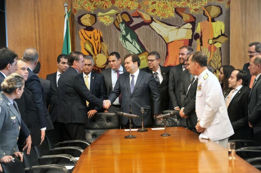 Embate entre Bolsonaro e Maia é último capítulo de obstáculos à reforma da