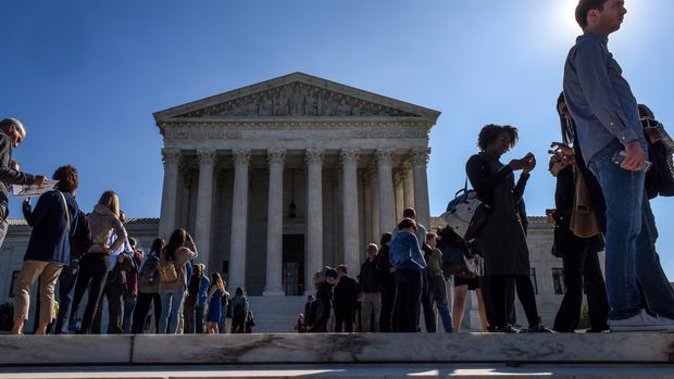 WASHINGTON, DC - OCTOBER 3: Visitors line up in front of the Supreme Court while the Justices hear arguments on gerrymandering, on October, 03, 2017 in Washington, DC. (Photo by Bill O'Leary/The Washington Post via Getty Images)