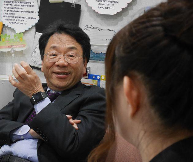 ピル承認までの流れを説明する北村さん