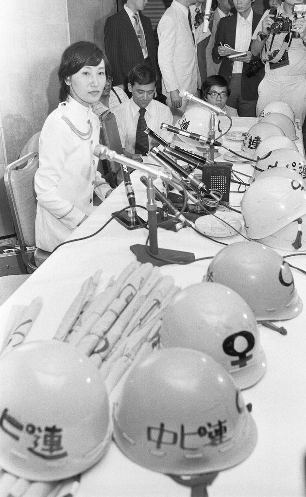 薬事法で禁じられていたピルの解禁などを求め活動をした「中絶禁止法に反対しピル解禁を要求する女性解放連合」の解散会見をする榎美沙子さん。当時は、トレードマークのピンク色のヘルメットを被り、DVをする男性の職場にマスコミと押しかけたり、人工妊娠中絶に反対する政治家の事務所に押しかけたりするなど過激な活動スタイルが社会現象になった=1977年7月12日