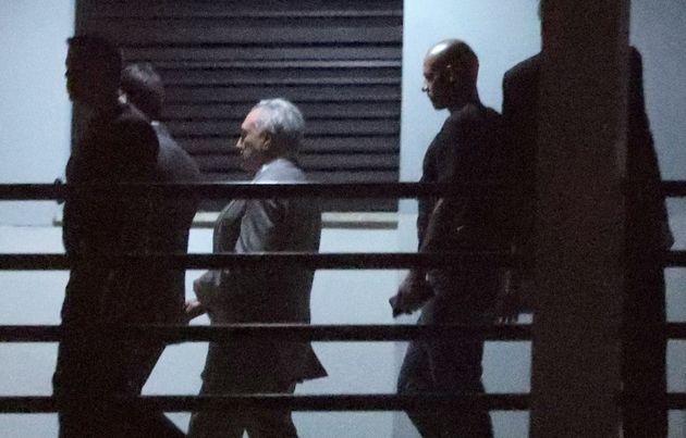 Michel Temer é escoltado ao chegar à sede da Polícia Federal no Rio de Janeiro,...