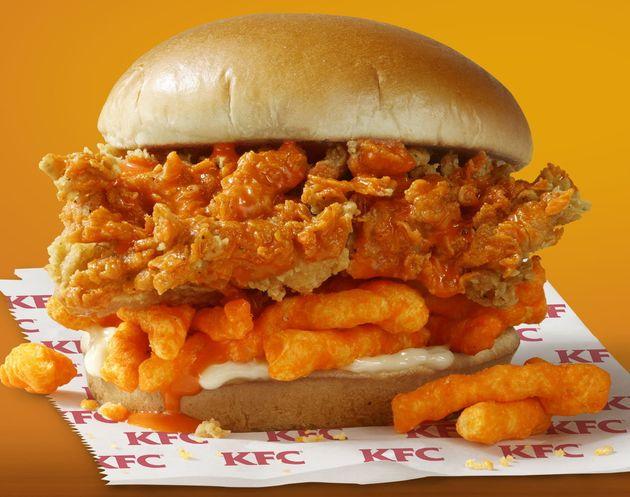 O Cheetos Sandwich é feito com um filé de frango crocante regado com um molho de Cheetos,...