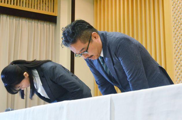 アイドルグループ「NGT48」メンバーへの暴行をめぐる問題で、記者会見し謝罪する運営会社「AKS」の松村匠取締役(右)ら=3月22日午後、新潟市