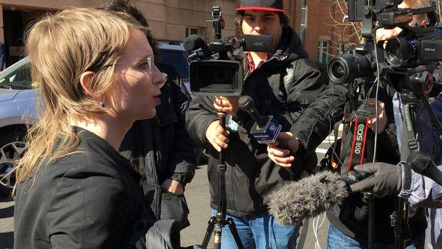 En esta foto del 5 de marzo del 2019, Chelsea Manning habla con la prensa en las afueras de la corte federal en Alexandria, Virginia. La ex analista de inteligencia del ejército fue enviada a prisión el viernes, 8 de marzo, por negarse a declarar ante un jurado investigador sobre WikiLeaks. (AP Foto/Matthew Barakat)