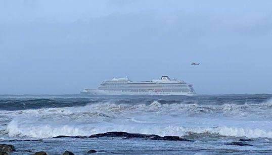 ノルウェー沖で豪華客船から1300人が避難 悪天候でエンジントラブル 船内は浸水し、机・椅子が転がった(動画)
