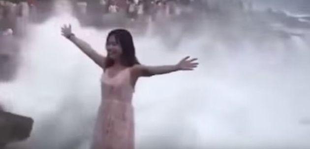 Τεράστιο κύμα παρέσυρε τουρίστρια ενώ έβγαζε