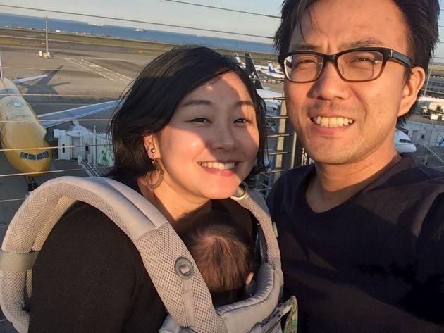 (左から)赤ちゃんを抱っこする妻と私