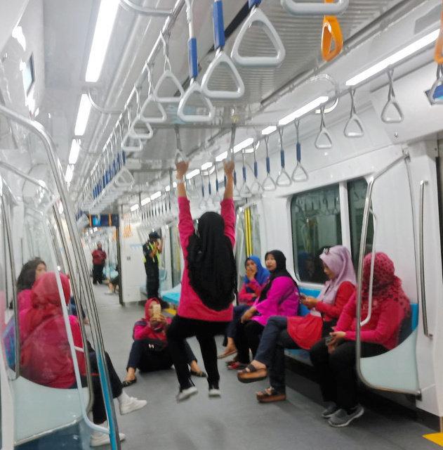 ジャカルタ地下鉄でマナー違反が横行 ポイ捨てやつり革のぶら下がり行為が物議