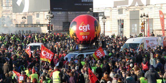 Des manifestants de la CGT et des gilets Jaunes lors de la manifestation à Paris du 5 février