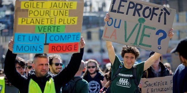Des manifestants et des gilets jaunes défendent le climat et le pouvoir d'achat à Marseille, le 16 mars