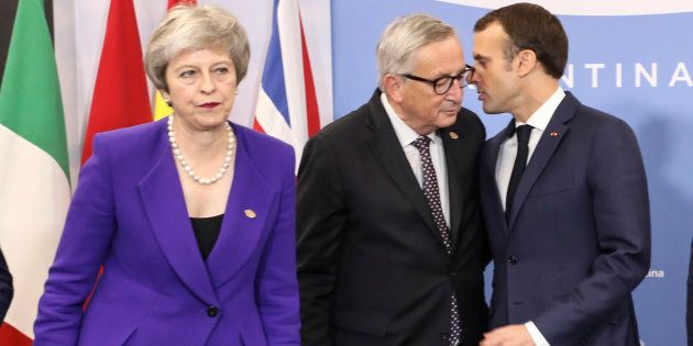 Un aparté entre Jean-Claude Juncker et Emmanuel Macron devant Theresa May lors du dernier sommet du
