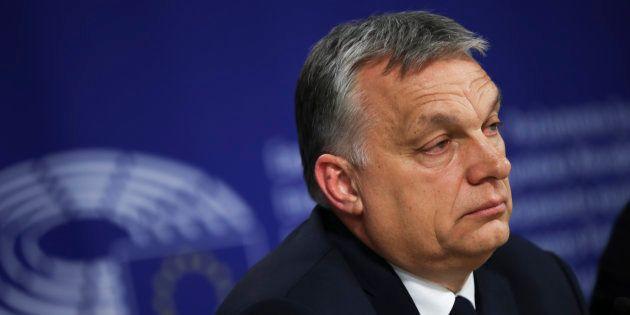 En Hongrie, le parti d'Orban suspendu de la droite