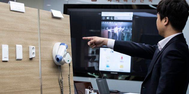 La police sud-coréenne devant les exemplaires de caméras espions. Cachées dans les prises, les sèche-cheveux...