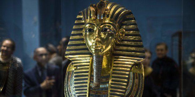 Le masque funéraire de Toutânkhamon (ici exposé au Caire en 2017), ne sera malheureusement pas présent...