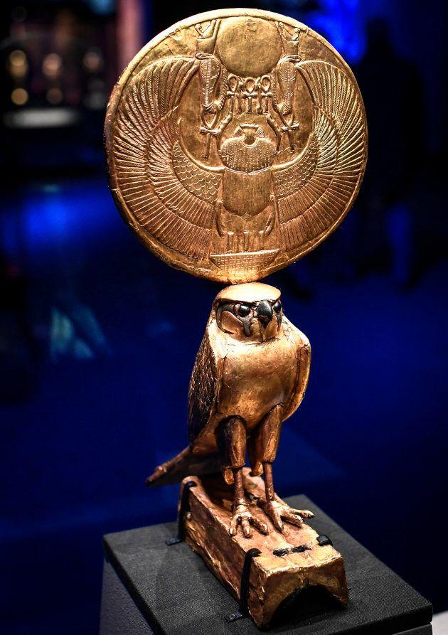 La statuette représentant le dieu Horus, dans l'exposition