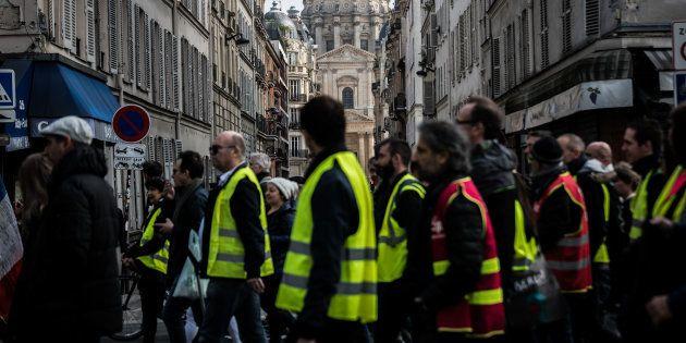 Des gilets jaunes manifestant à Paris lors de l'acte XIX le 23 mars