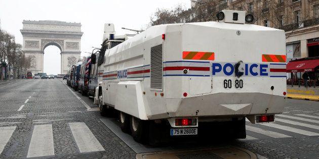 Des véhicules de polices stationnés sur les Champs-Élysées à Paris le 23 mars