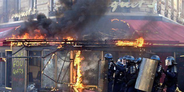 Le Fouquet's, sur les Champs-Élysées, a été incendié et saccagé pendant l'acte 18 des gilets jaunes le...