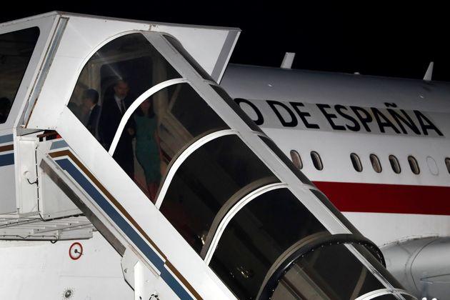 El loco motivo por el que Felipe y Letizia esperaron una hora para bajar de un avión en