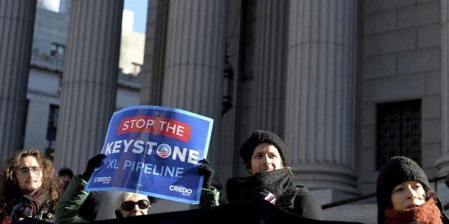 Varias personas protestan contra la construcción del oleoducto Keystone XK, en Nueva